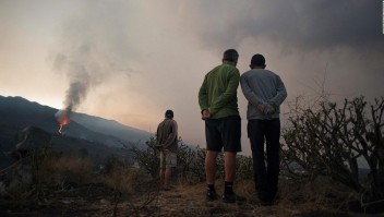 Difícil maniobra con drones para rescatar perros en La Palma