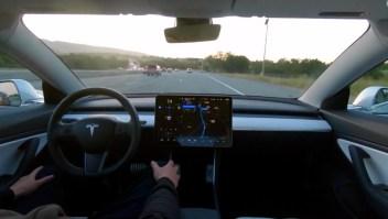 """Tesla ofrece software de """"conducción autónoma completa"""""""
