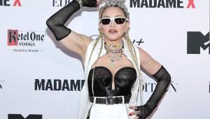 Madonna vuelve a enseñar sus glúteos
