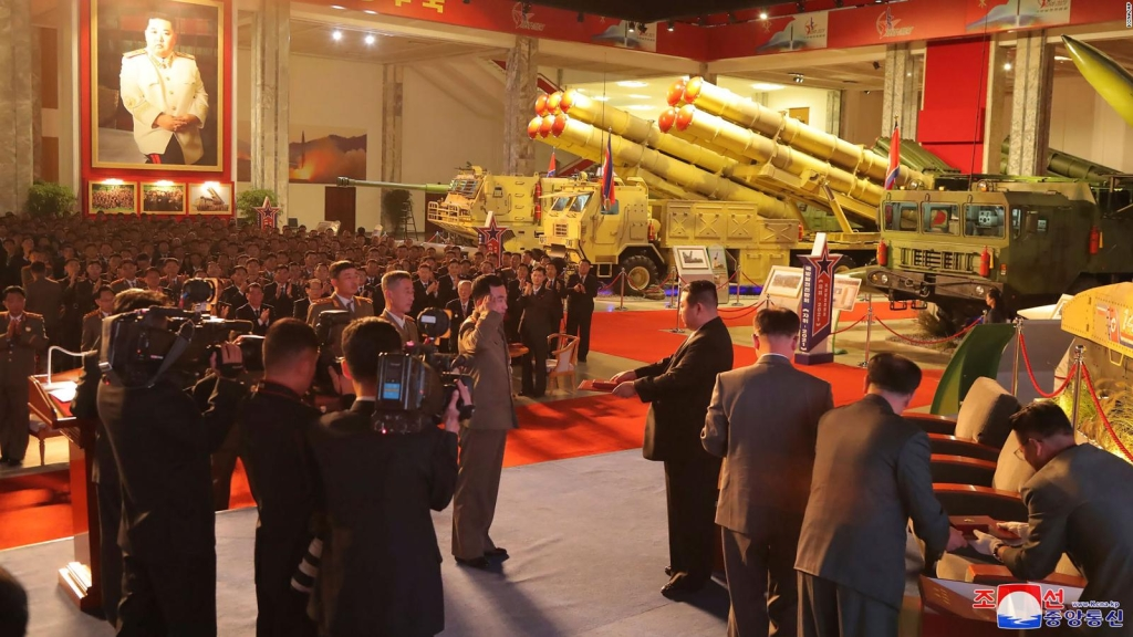 Kim Jong Un muestra armas nuevas y preocupa a expertos
