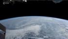 Guarda un giorno sulla Terra dallo spazio in rapido movimento