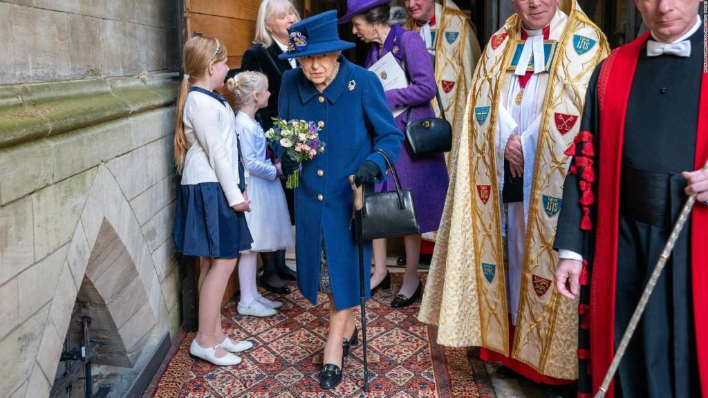 La reina Isabel usa un bastón en público por primera vez