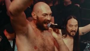 Tyson Fury cantó ante una multitud tras noquear a Deontay Wilder
