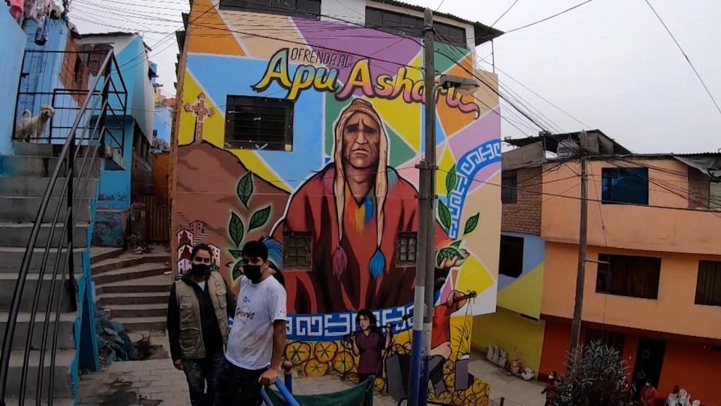 Mural pinta de colores el cerro San Cristóbal en Perú