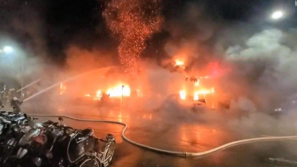 Incendio en Taiwán consumió un edificio de 13 pisos