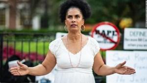 Lili Bernard asiste a una protesta en julio en Filadelfia por la anulación de la condena de Bill Cosby.