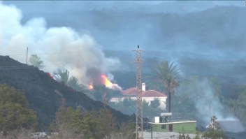 Lava del volcán devora estas dos casas en La Palma