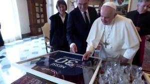 El papa Francisco recibe camiseta del astro Lionel Messi