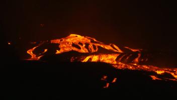 Científicos toman muestras de lava del volcán en erupción