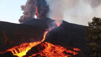 Curiosos llegan a La Palma hechizados por el volcán