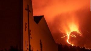 Furia del volcán en La Palma sigue intacta un mes después