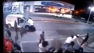 Video registra ataque armado frente a un bar en México