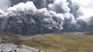 Alerta por erupción de volcán en Japón