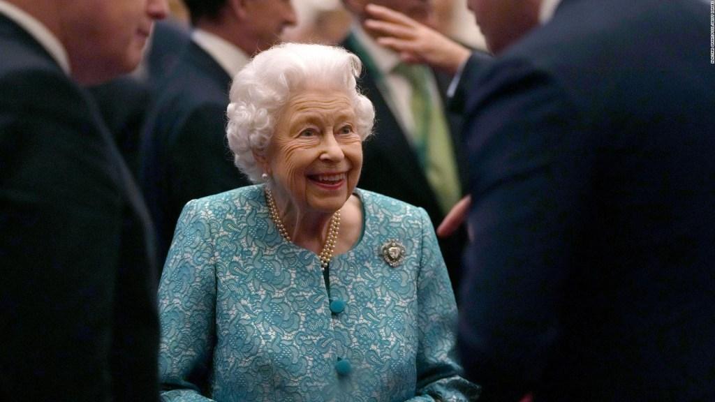 La reina Isabel II suspende viaje a Irlanda del Norte
