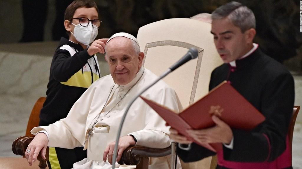 Niño conquista al papa en plena audiencia
