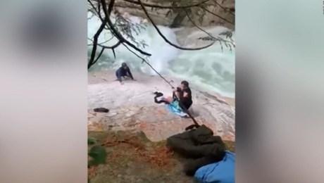 Usan turbantes para ayudar a hombres arrastrados por río