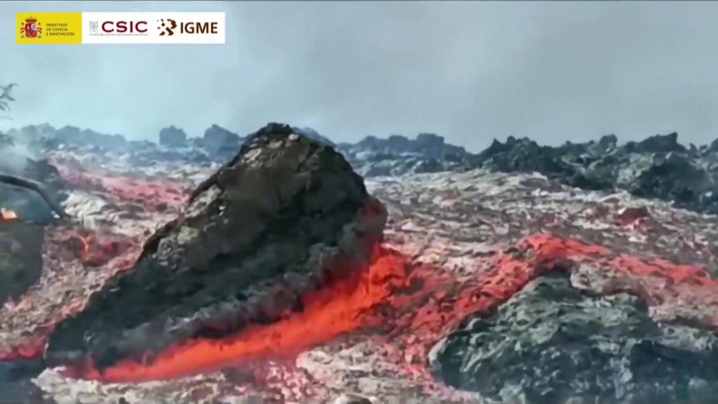 El contraste del día y la noche de la lava en La Palma