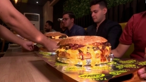 Concurso desafía a comer hamburguesa con 1 kg de carne