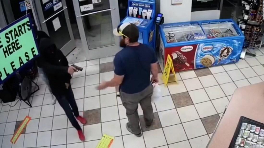 Cámara capta cómo un veterano desarma a un ladrón