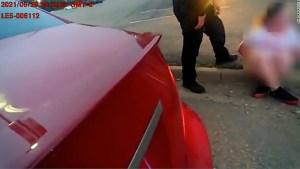 Policía amenaza a adolescente tras detenerla en su auto