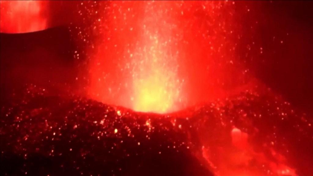 Tres bocas del volcán Cumbre Vieja expulsan lava a la vez