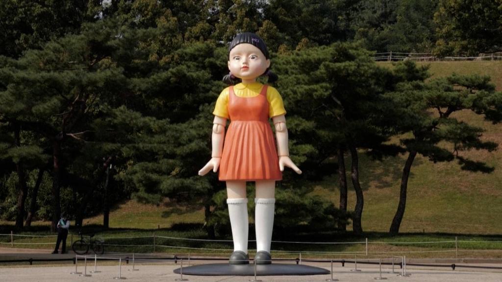"""La muñeca de """"El juego del calamar"""", en parque de Seúl"""