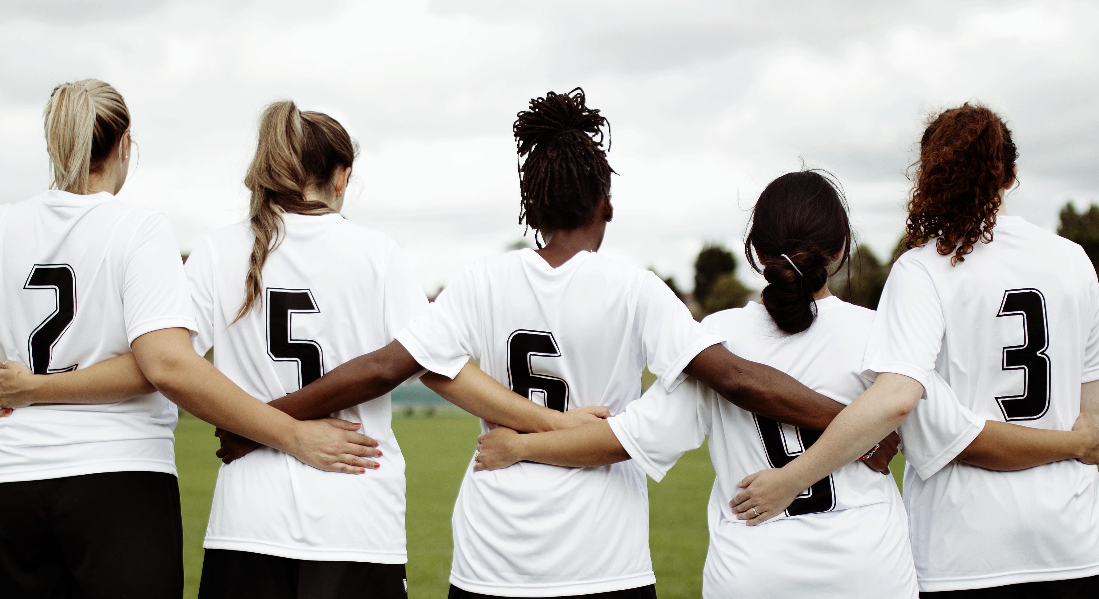 Escándalo en el fútbol femenino de EE.UU.: entrenador acusado de coerción sexual y comisionada de la liga renuncia
