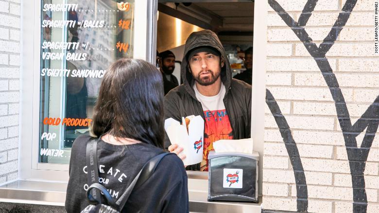 Así sorprendió Eminem a los clientes de su nuevo restaurante
