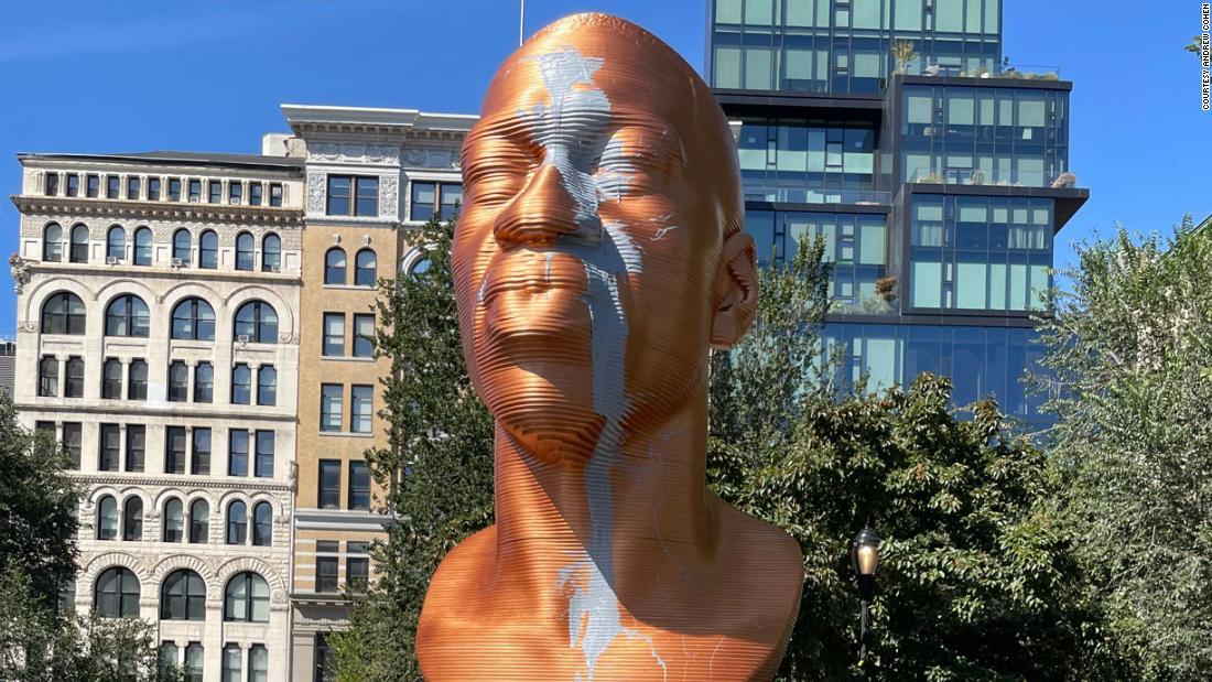 Vandalizan busto de bronce de George Floyd en Union Square en Nueva York