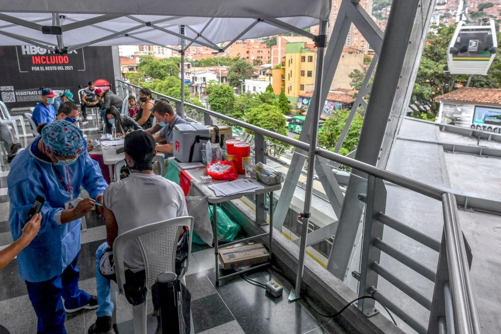 La mayoría de países latinoamericanos superan el promedio mundial de vacunación parcial contra el covid-19, según Our World In Data