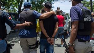 Policías y militares patrullan las calles de Santo Domingo el 19 de junio de 2016.