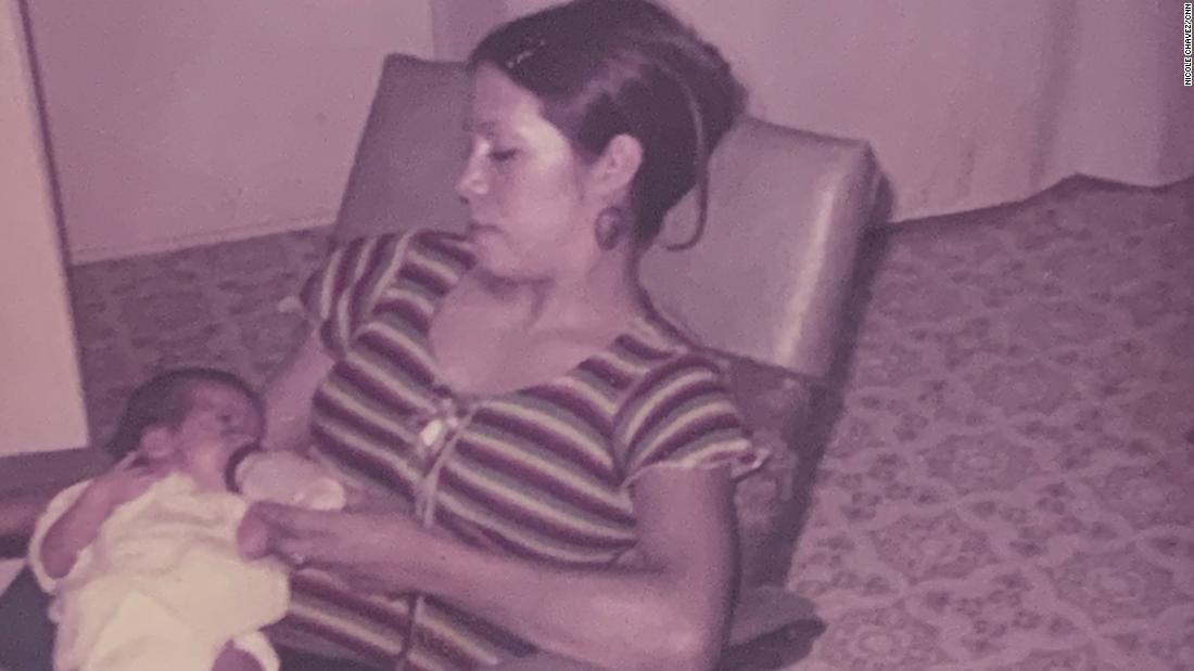 Rosie Jiménez alimenta a su hija Monique, a la izquierda, en una foto sin fecha.