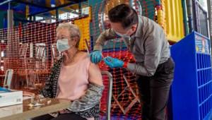 Una persona mayor se vacuna en Estados Unidos