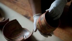 Entre los artefactos mayas encontrados había vasijas de cerámica.