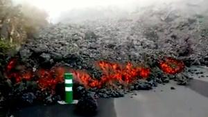 Lava devorando carretera