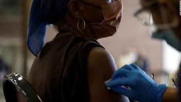 Las vacunas de refuerzo pronto podrían recomendarse para personas tan jóvenes como de 40 años, dice fuente