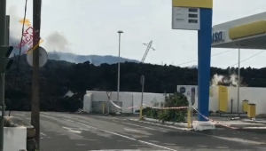 Lava engulle gasolinera en La Palma