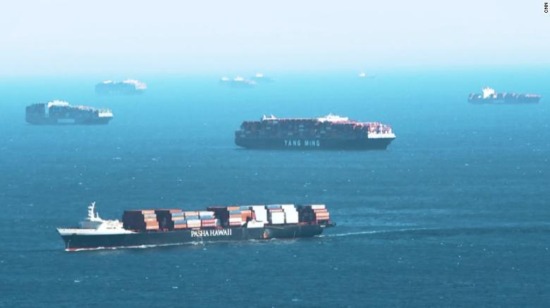Mira el cuello de botella que forman barcos cargueros