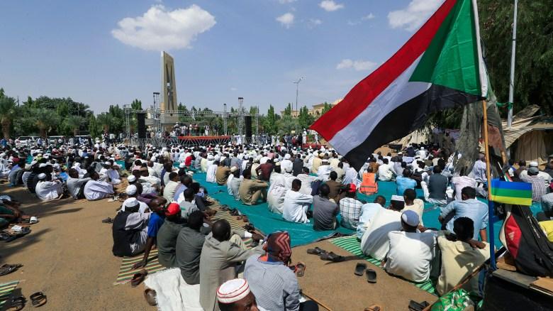 El primer ministro de Sudán regresa a su casa tras el golpe militar